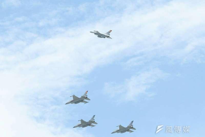 空軍今天(21日)上午在空軍花蓮基地,替月前漢光演習中,不幸殉職的空軍飛官吳彥霆舉行公祭典禮,F-16戰機以四機編隊衝場的方式,在通過公祭會場上空時,其中一架脫離,象徵烈士離開大家。(蘇仲泓攝)