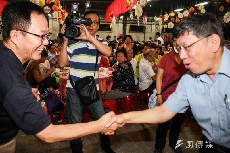 木柵綠竹筍美食饗宴活動,台北市長柯文哲(右)、藍營丁守中(左)握手致意。(方炳超攝)