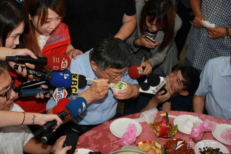 木柵綠竹筍美食饗宴活動,台北市長柯文哲猛扒飯。(方炳超攝)