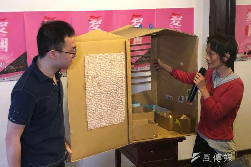 台北車站無固定居所者阿蘭大姐(右)向大家展示她「夢想中的窩」,阿蘭興奮地說明這個家可以讓家人不受風吹雨打,是溫暖的避風港。(黃宇綸攝)