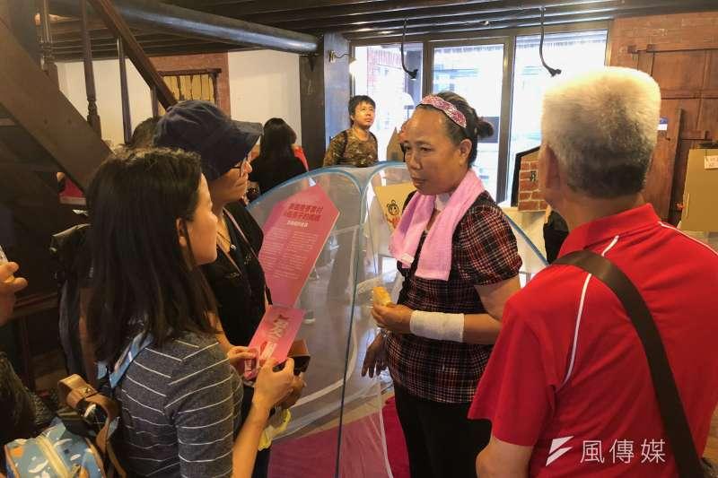 台北車站無固定居所者張大姐(中)與民眾分享自己露宿街頭的心情,與實際面臨到的困難與挑戰。(黃宇綸攝)