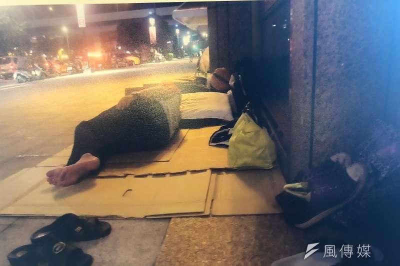 每天晚上9點30分,露宿在台北車站的無固定居所者,勞累一整天後才終於可以躺下,但睡覺的時間卻相當短暫,因為當城市甦醒之前,就被迫要離開。(黃宇綸攝)