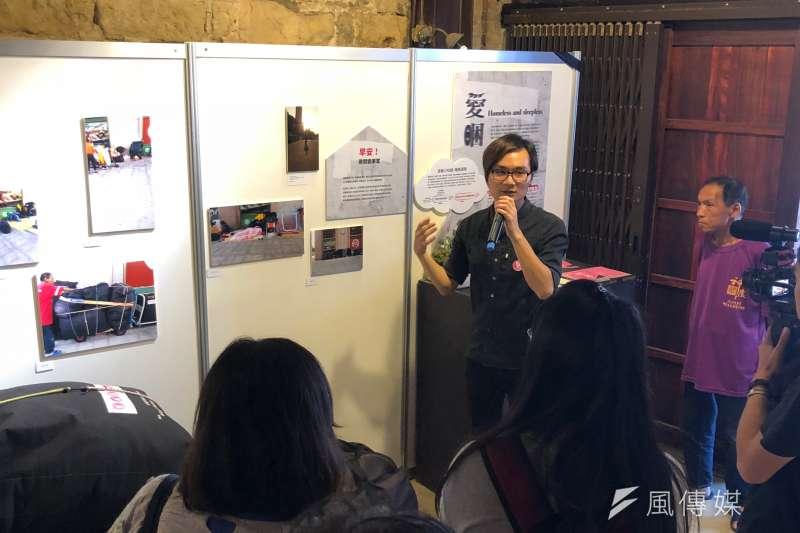 白舍藝術創辦人林俊安也在「愛睏展」開幕當天親自進行導覽,為民眾講解無固定居所者遇到的困境,與他們「夢想中的窩」的創作理念。(黃宇綸攝)