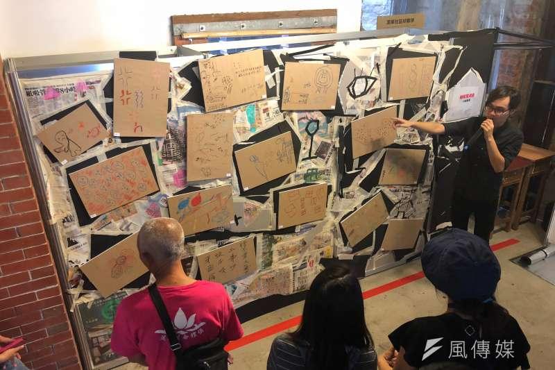 白舍藝術創辦人林俊安說明,這面牆是請台北車站無固定居所者畫下來晚上睡覺面臨到的困境。有些人被蚊子所苦,有些人則是受到噪音吵雜而睡不著覺。(黃宇綸攝)