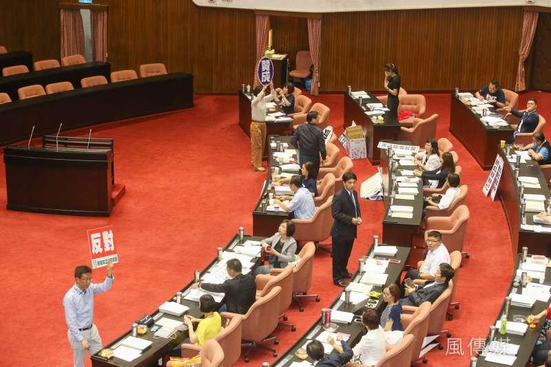 作者指出,台灣應立法規定,倘若某政黨人士在其任內無法完成「選前的政見或承諾」的話,即應全數或將一定比例的薪水和福利「追繳回國庫」。(資料照,陳明仁攝)