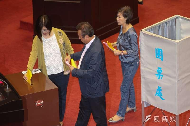 20180625-立法院,進行國家通訊傳播委員會(NCC)委員同意權案投票,國民黨拒絕背書,幾乎清一色是民進黨立委進場投票。(陳明仁攝)