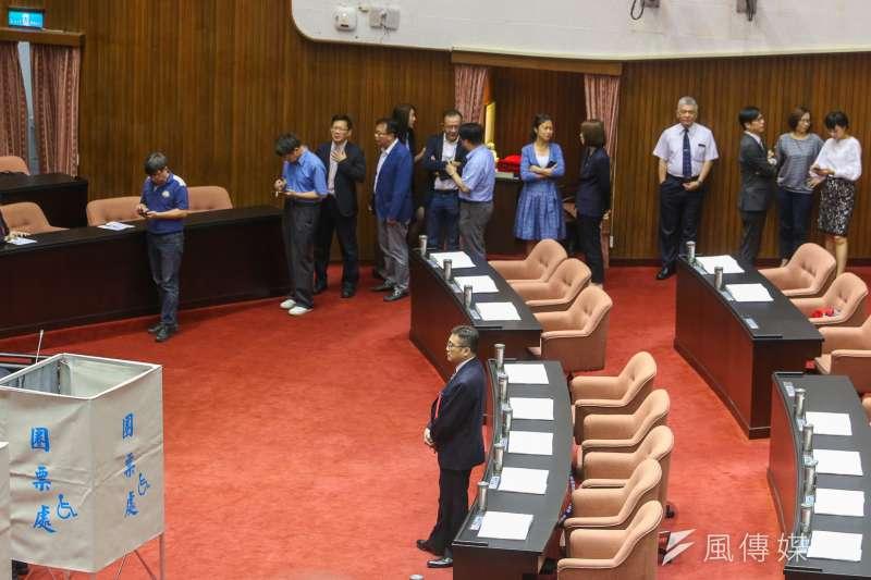 立法院進行國家通訊傳播委員會(NCC)委員同意權案投票,國民黨拒絕背書,幾乎清一色是民進黨立委進場投票。(陳明仁攝)