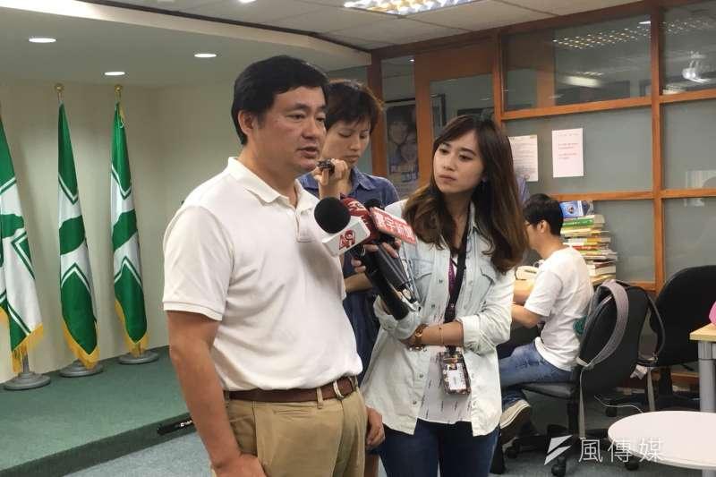 20180628-民進黨秘書長洪耀福(左)說,民進黨有請地方關心「友黨」的行程,根據基層幹部的回報,很少聽到吳敦義有地方拜訪行程。(顏振凱攝)