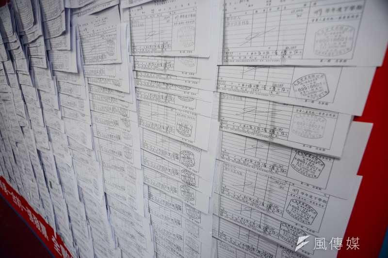 20180630-侯友宜記者會,侯友宜辦公室出具每張發票。(甘岱民攝)