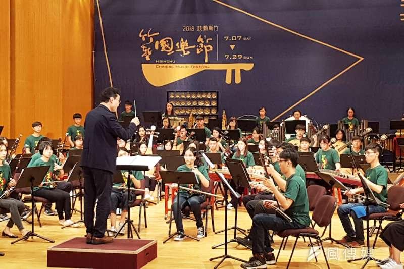 國際知名指揮家葉聰與新竹青年國樂團演出「鼓動新竹」,為「2018竹塹國樂節」揭開序幕。(圖/方詠騰攝)