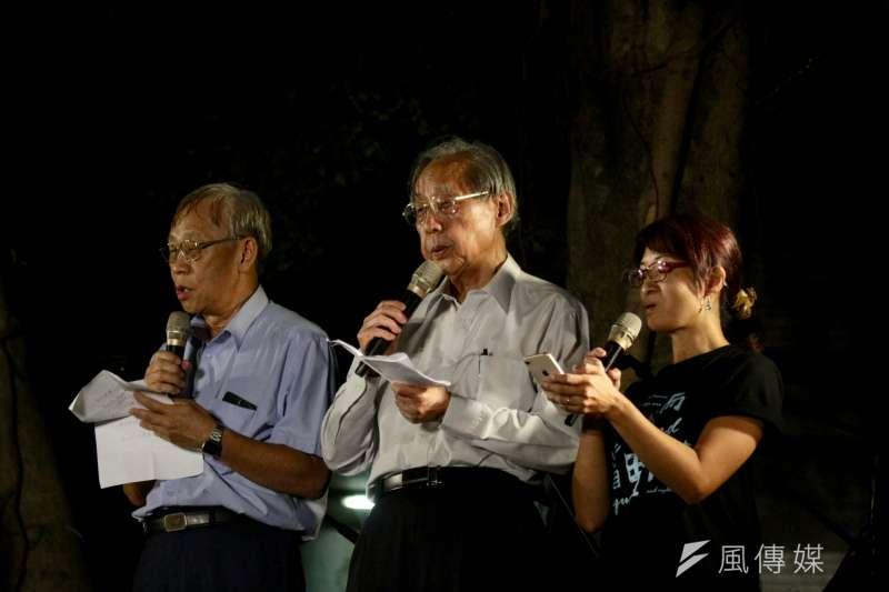 20180702-白色恐怖受害者前輩陳欽生(左一)、蔡焜霖(左二)高唱悼念陳文成博士。(陳韡誌攝)
