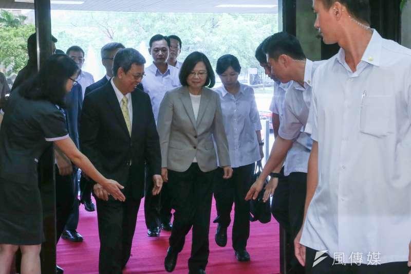 20180702-總統蔡英文由副總統陳建仁陪同出席中研院院士會議開幕式。(陳明仁攝)