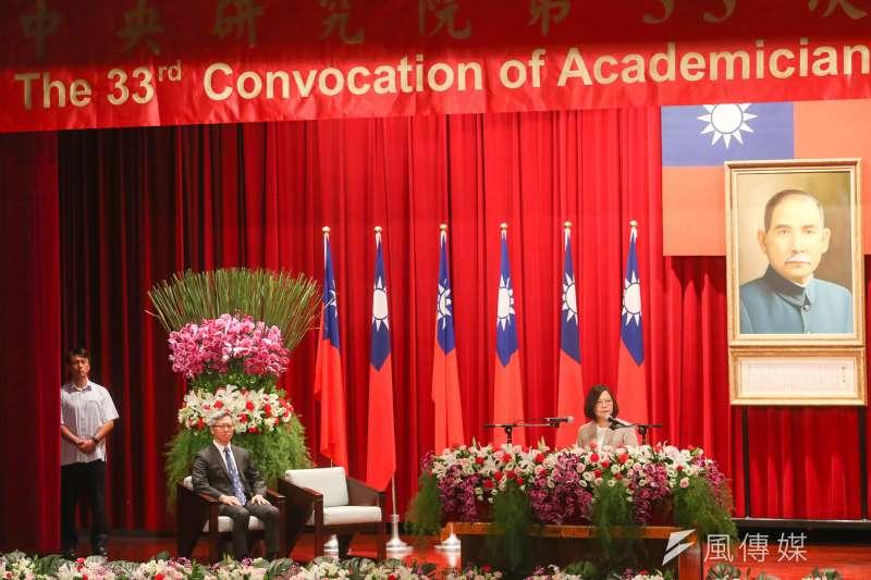 一連4天的中央研究院第33屆院士會議2日上午開跑,總統蔡英文出席會議開幕式並致詞,左二是中研院院長廖俊智。(陳明仁攝)