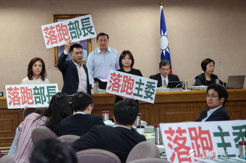 20180703-國民黨立委李彥秀、江啟臣、馬文君3日於立院外交國防委員會舉牌抗議。(顏麟宇攝)