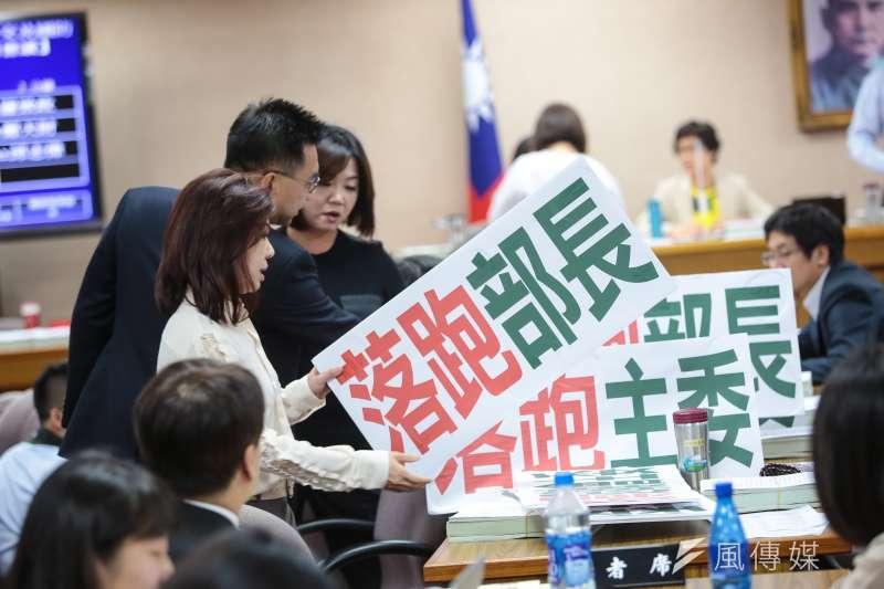 20180703-國民黨立委李彥秀、江啟臣、馬文君3日於立院外交國防委員會舉「落跑部長」抗議標語。(顏麟宇攝)