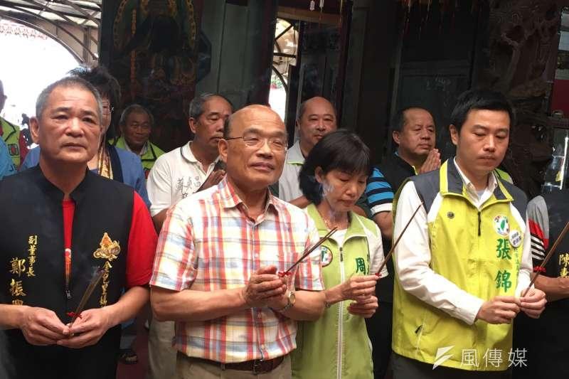 民進黨新北市長參選人蘇貞昌上午赴「金山慈護宮」參拜。(周思宇攝)
