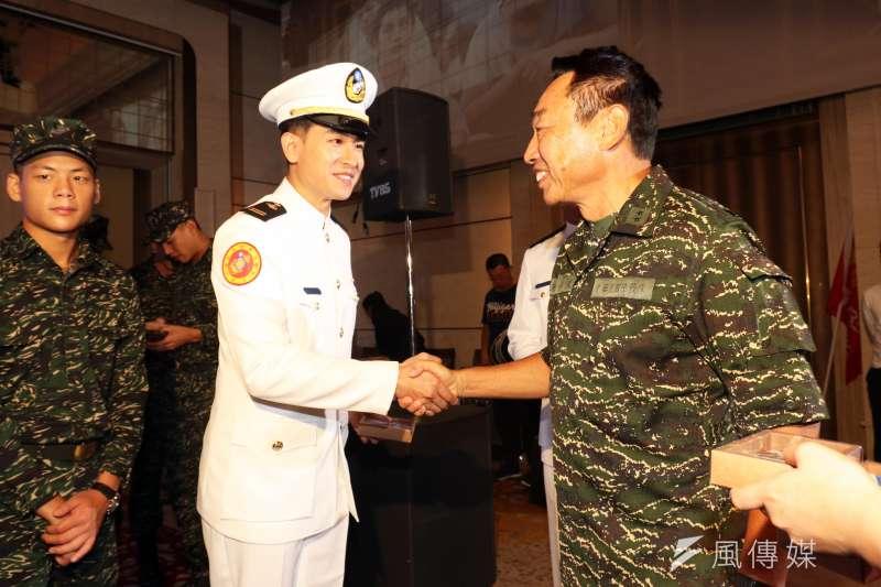 20180705-「女兵日記」記者會,曾任陸戰隊指揮官的海軍副司令陳子鳳中將(右)親自到場向演員致意。(蘇仲泓攝)
