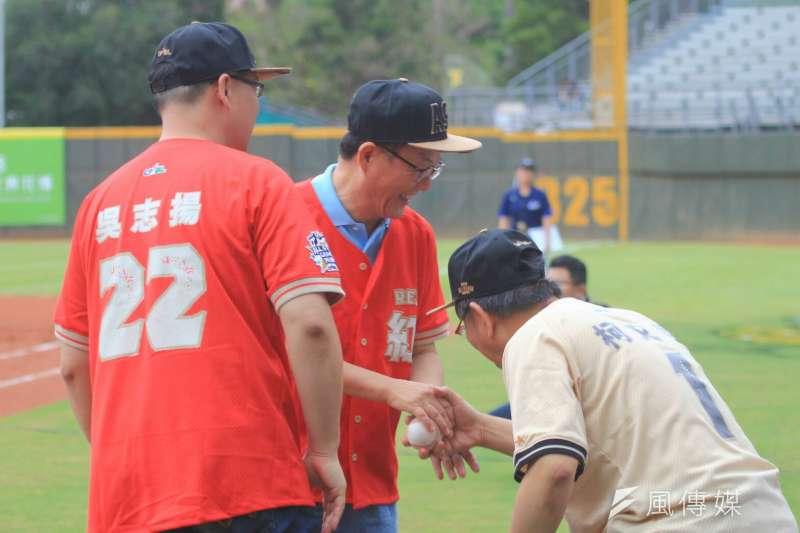 20180707-台北市長柯文哲與國民黨台北市長參選人丁守中握手。(方炳超攝)