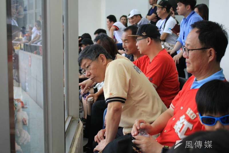 20180707-台北市長柯文哲與國民黨台北市長參選人丁守中比鄰而坐了近半小時,不過互動冷。(方炳超攝)