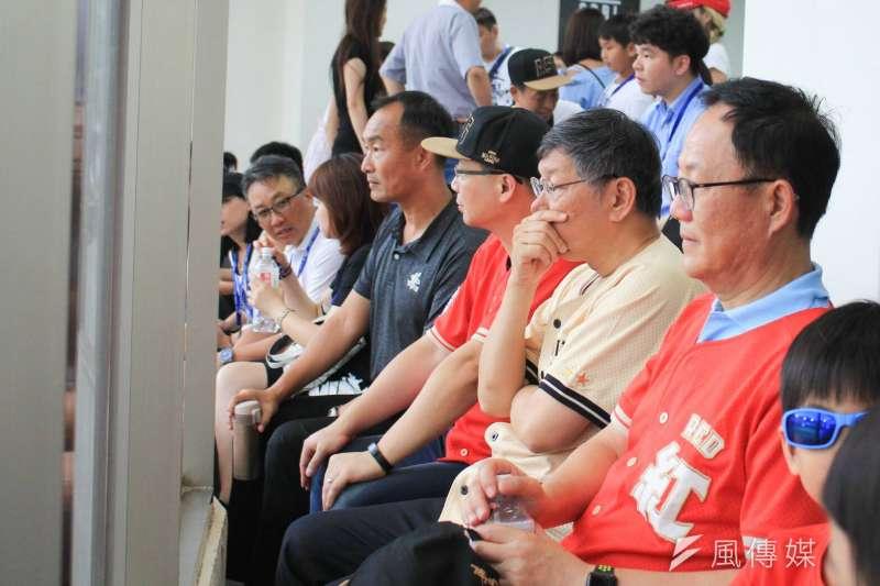 台北市長柯文哲與國民黨台北市長參選人丁守中比鄰而坐了近半小時,不過互動冷。(方炳超攝)