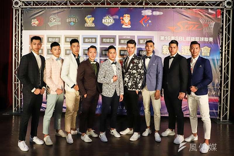 今年SBL超級籃球聯賽新人選秀會,年輕球員們正裝出席成為選秀會的焦點。(圖/記者余柏翰攝)