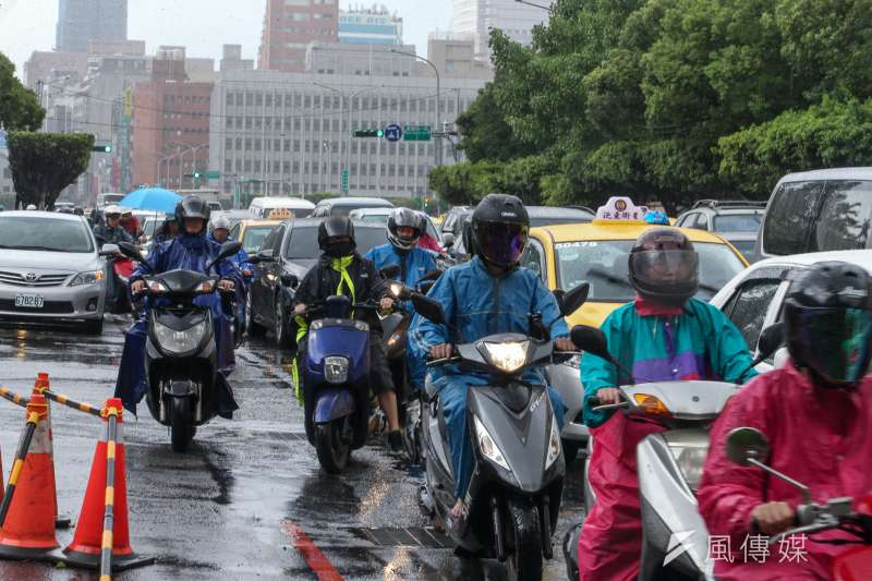 面對中度颱風瑪莉亞,新北市政府今天晚間9時宣布明天停止上班上課,但台北市與基隆市11日則正常上班上課,這是2012年3市決定共同宣布是否放颱風假以來,首度不同調。(陳明仁攝)