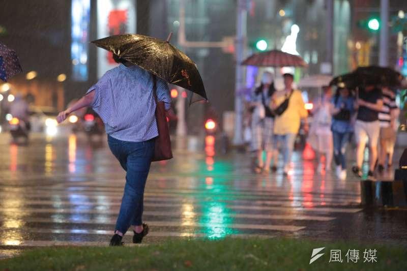 熱帶性低氣壓持續帶來降雨,中央氣象局預報員李孟軒24日表示,由於熱帶性低氣壓移動速度緩慢,中南部地區及澎湖持續有局部豪雨以上等級的雨勢;北部地區雨勢也會逐漸明顯。(示意圖,顏麟宇攝)