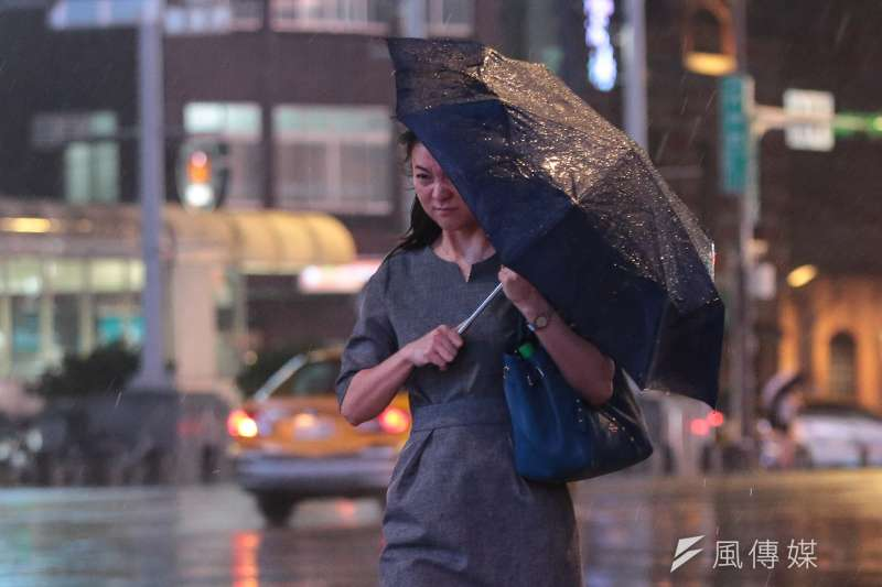 颱風瑪莉亞來襲,晚間風雨愈漸加驟。(顏麟宇攝)
