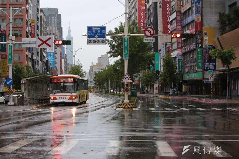 20180711-瑪莉亞颱風來襲,台北市正常上班上課,但一早信義路上未見一般上班日車潮。(顏麟宇攝)