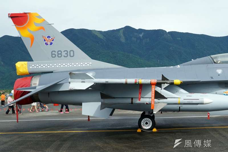空軍花蓮基地F-16在直尾翅上有著漂亮的太陽神「馬拉道」彩繪塗裝。(蘇仲泓攝)