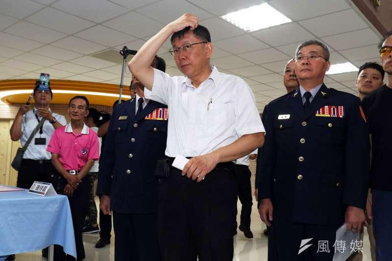 20180712-台北市長柯文哲出席巡邏箱電子化系統啟用儀式記者會,並在會中聽取同仁解說。(蘇仲泓攝)