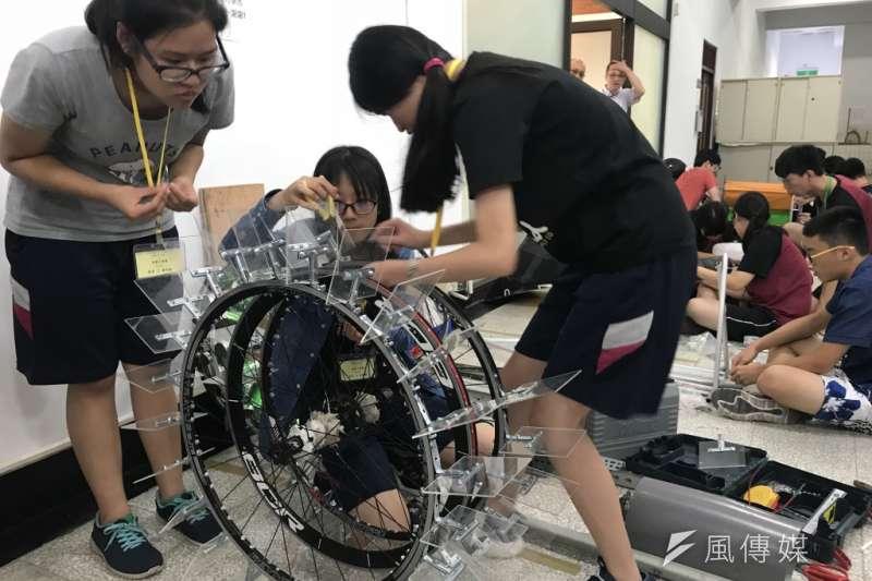 小型水力發電設計比賽已來到第2屆,圖為參賽學生組裝小型水力發電設施。(廖羿雯攝)