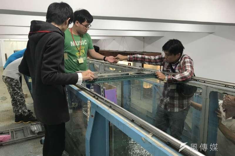 20180713_水力發電設計比賽,組裝好的隊伍在水道上進行測試。(廖羿雯攝)