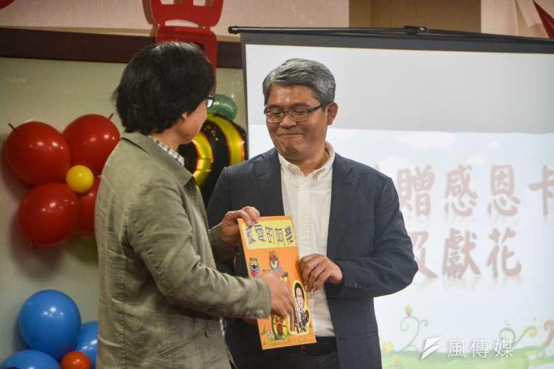20180713-內政部舉辦葉俊榮部長歡送茶會,政務次長花敬群贈送卡片致意。(曾定嘉攝)