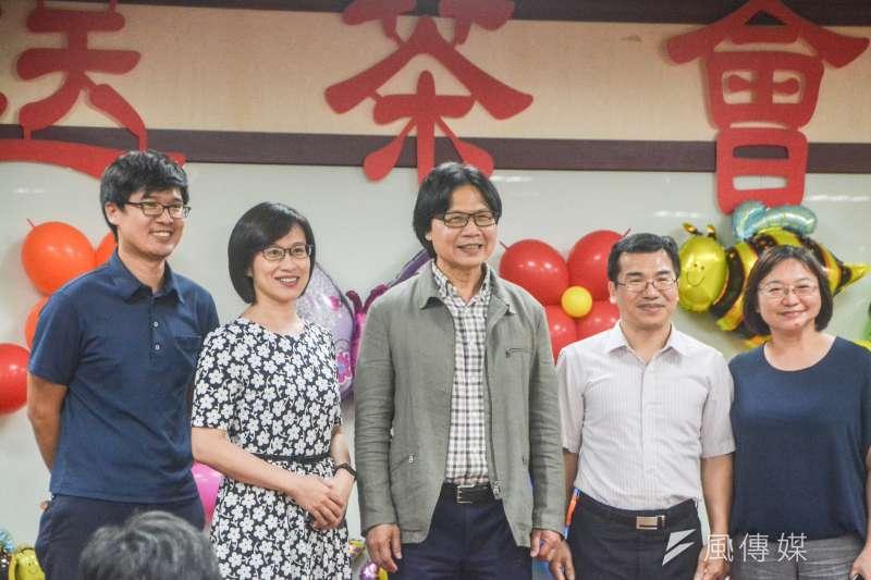 葉俊榮(中)下周一轉任教育部長,內政部今舉辦歡送茶會,葉俊榮也上台清唱台語歌〈堅持〉。(曾定嘉攝)