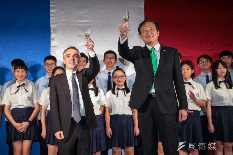 法國在台協會主任紀博偉與新任駐法代表吳志中在法國國慶酒會一同舉杯祝福。(顏麟宇攝)