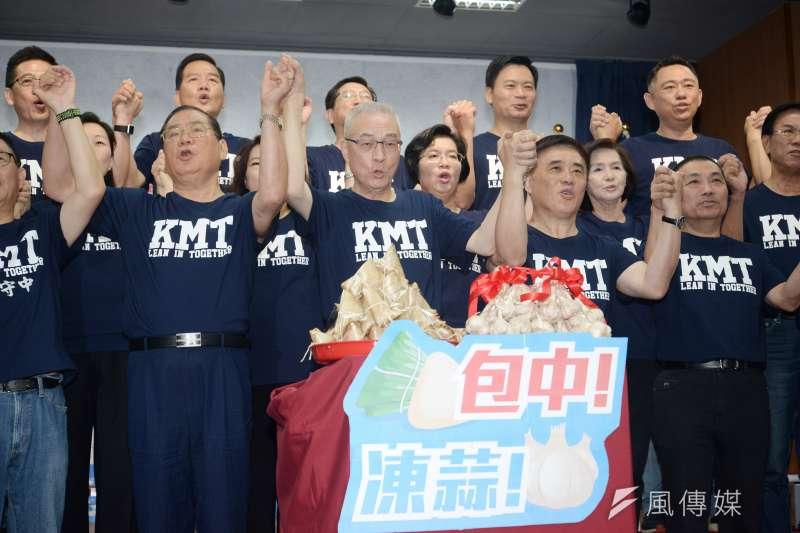 黨主席吳敦義今(14)日上午率各縣市長提名人在中央黨部舉行首場聯合造勢。(甘岱民攝)