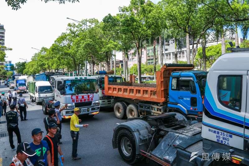 20180715-全國老汽機車貨車自救會今(15)日於環保署前發起「老車無罪,反對強制淘汰」陳情抗議活動。(簡必丞攝)