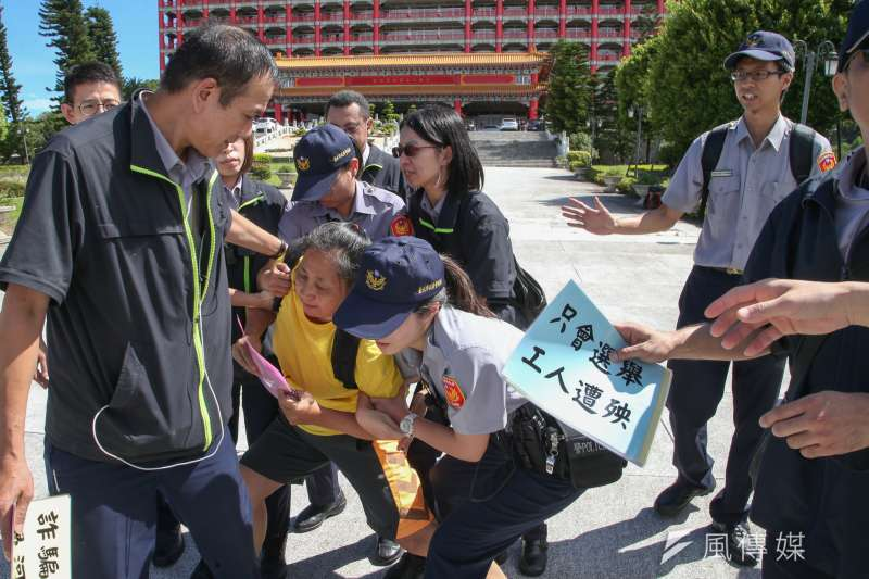 「民主進步黨改革政績一定營」,在台北圓山飯店舉行,維安佈下層層警力,有一名自稱是退休教師「突襲」,抗議政府年金改革,被員警帶離。(陳明仁攝)