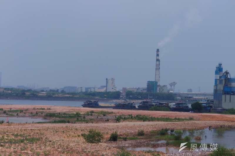 東莞地方政府為了擴建濱海灣新區、改善污染,連火力發電廠也要拆遷到別處、改燒天然氣。(攝影:周岐原)