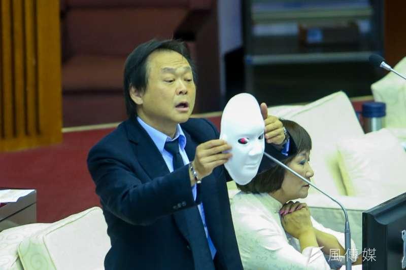 台北市議員王世堅是頭號柯黑,他在市議會質詢時送面具要柯文哲做素人市長。(資料照片,陳明仁攝)