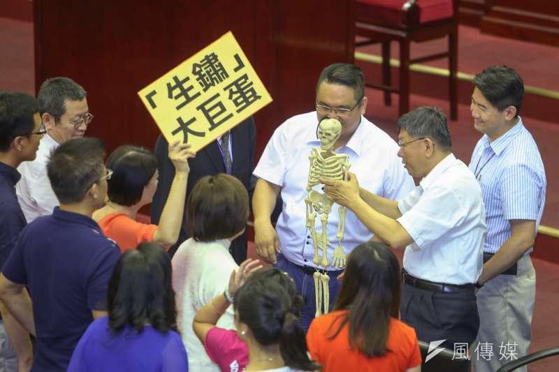 20180716-台北市長柯文哲市議會施政報告與質詢及答覆,議員以道具動作頻頻,讓他無法上台報告。(陳明仁攝)