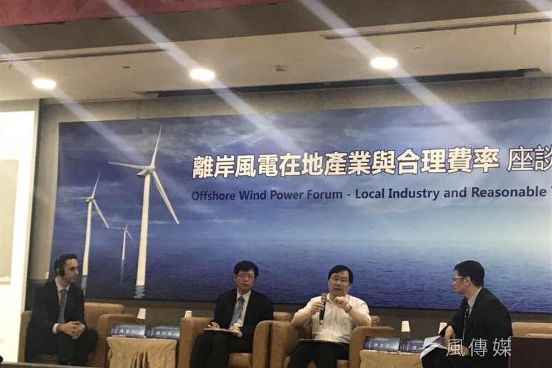 離岸風電躉購與競標費率價格差異引發議論,台灣綜合研究院16日舉辦離岸風電在地產業與合理費率座談會,討論相關議題。左起為台灣北陸能源股份有限公司總經理馬聖安(Sean McDermott)、台灣經濟研究院副所長陳詩豪、能源局局長林全能。(廖羿雯攝)