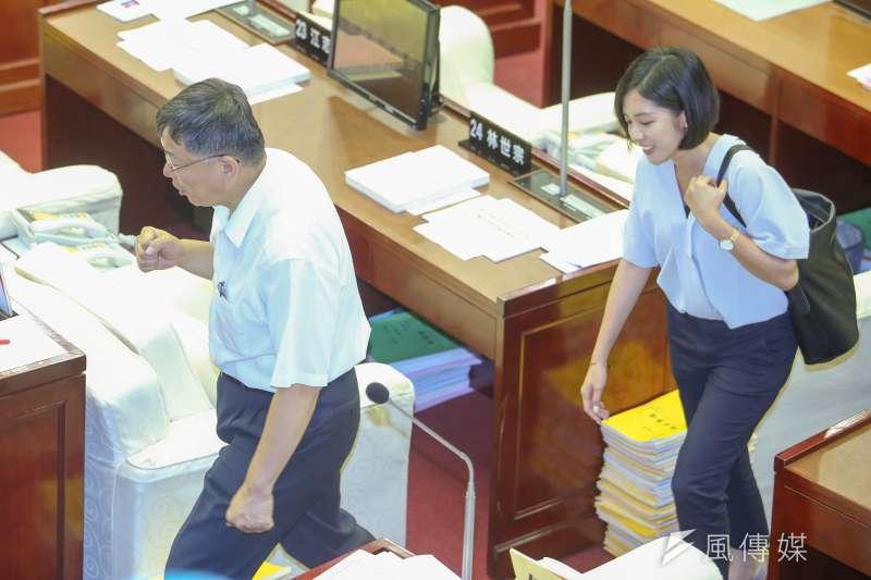 20180716-台北市長柯文哲市議會質詢及答覆,右為最近爆紅的柯P幕僚「學姐」黃瀞瑩。(陳明仁攝)學姊