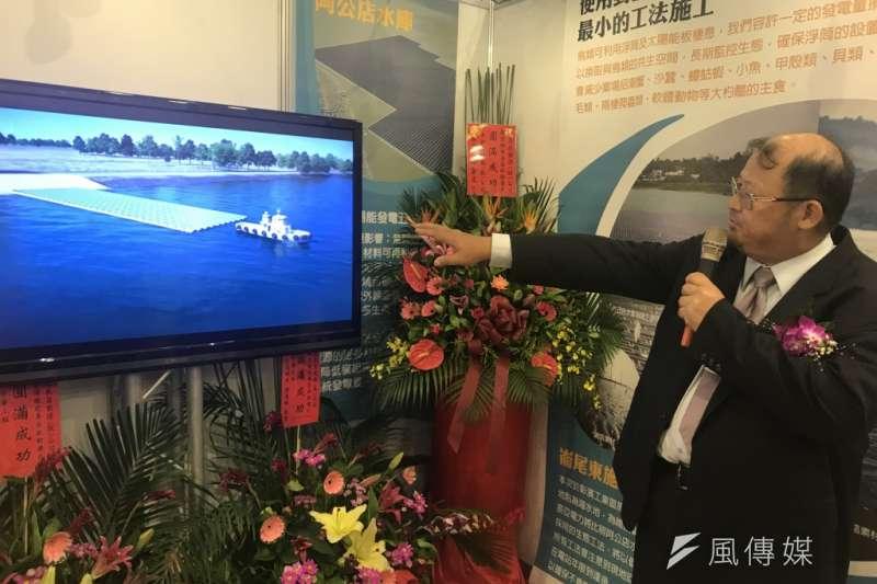 20180717-經濟部在17日舉行彰濱工業區綠能專區啟動儀式,圖中為辰亞董事長胡劭德在介紹阿公店水庫上設置的太陽能板鋪設方式。(廖羿雯攝)