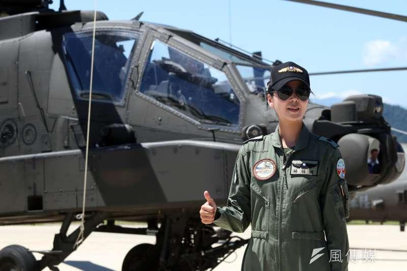 陸軍今天上午舉行阿帕契攻擊直升機「全戰力」成軍典禮,首度以「台灣第一位阿帕契女姓飛行員」頭銜面對媒體的少校飛官楊韻璇,落落大方的形象及高挑的外表,相當吸睛。(蘇仲泓攝)
