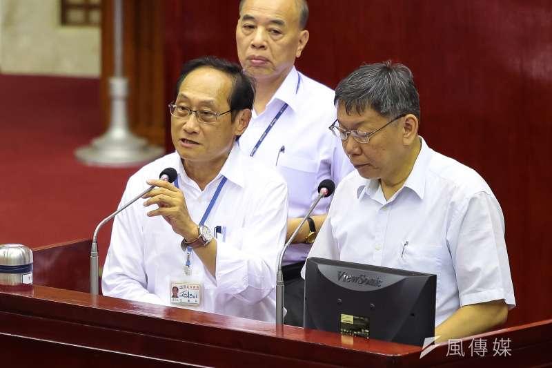 雙北公車捷運1280定期票只有提升運量1%,議員質疑「1億換運量提升1%值得嗎?」,台北市交通局長陳學台(左)表示,至少有止跌回升。(資料照,顏麟宇攝)