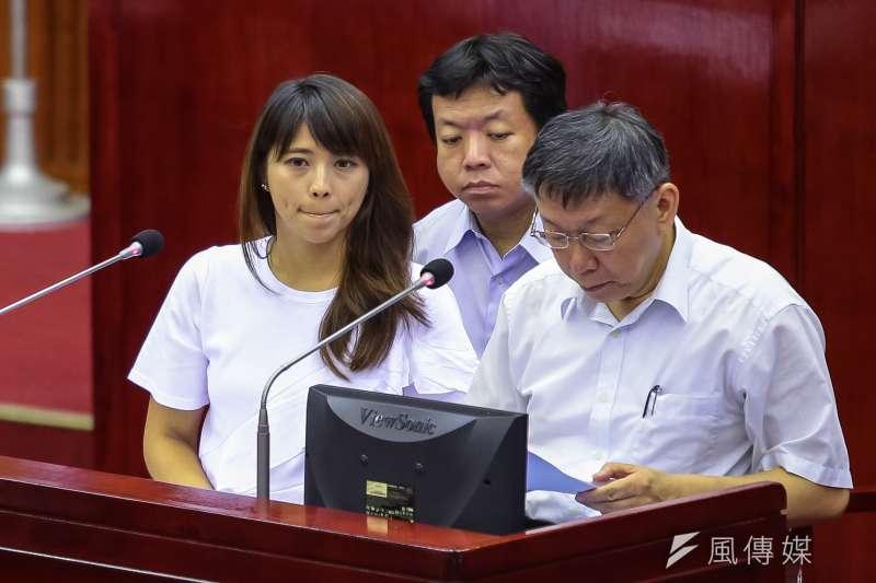 被問到是否投身立委補選,被外界視為柯家軍的台北市觀傳局長陳思宇(左)11日回應,一切都在討論中。(資料照,顏麟宇攝)