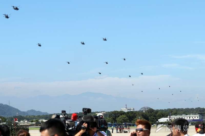 20180717-國軍AH-64E阿帕契攻擊直升機17日在龍潭舉辦成軍典禮,由AH-64E攻擊直升機等5型直升機帶來26架大編隊的空中分列式,通過營區上空。(蘇仲泓攝)
