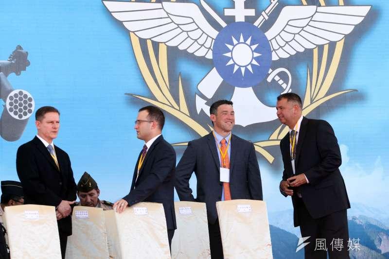 20180717-國軍AH-64E阿帕契攻擊直升機17日在龍潭舉辦成軍典禮,美國在台協會AIT、阿帕契原廠的波音公司都有派代表出席,現場有許多外國人面孔。(蘇仲泓攝)